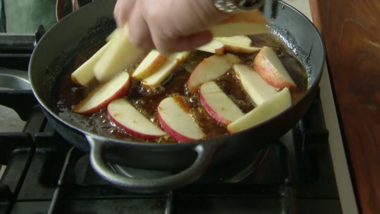 Klassiska karamelliserade äpplen med vaniljglass