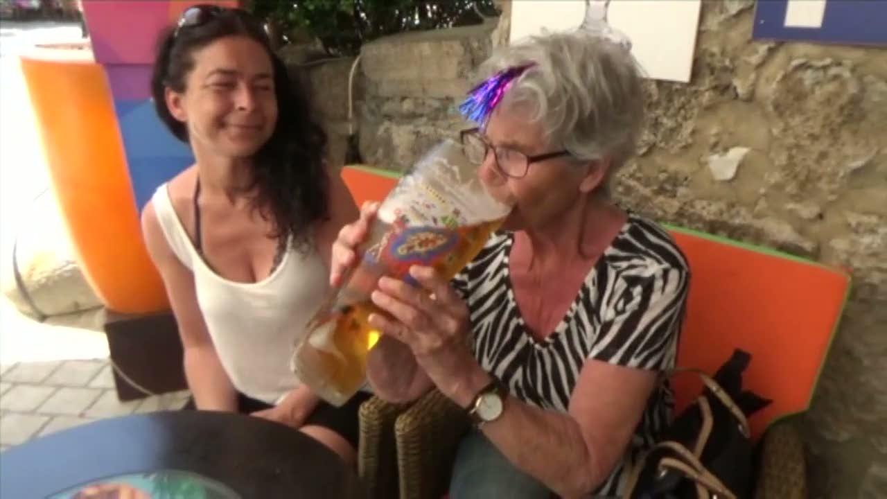 Linns mormor dricker öl ur stövel