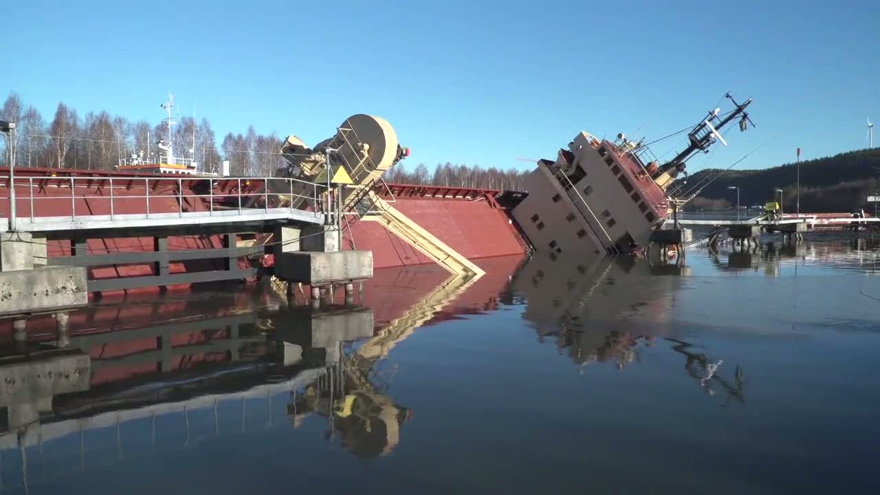 Brand pa lastfartyg i centrala stockholm