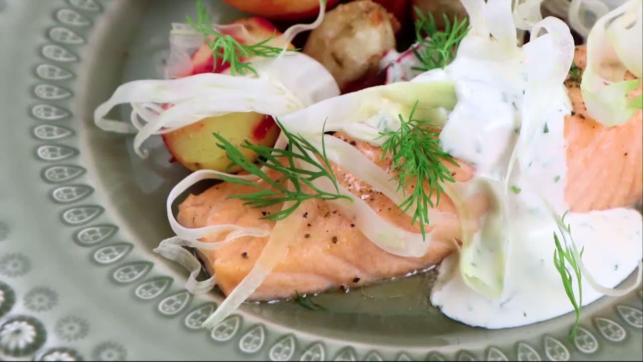 Kökets middag: Lättlagad lax med ugnsrostade rotfrukter och citronsås