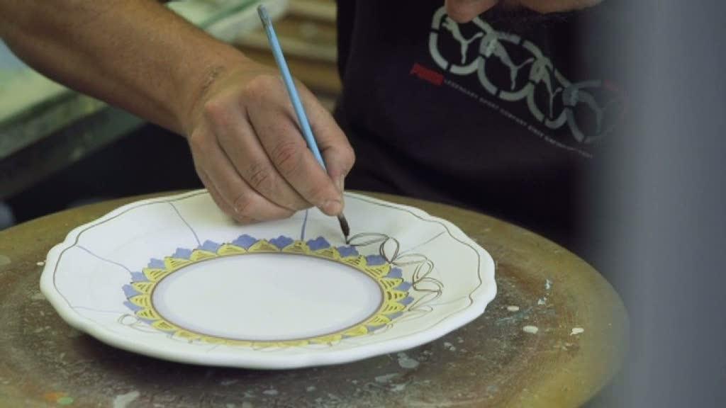 Ernst Kirchsteiger målar ett traditionellt toskanskt lerfat