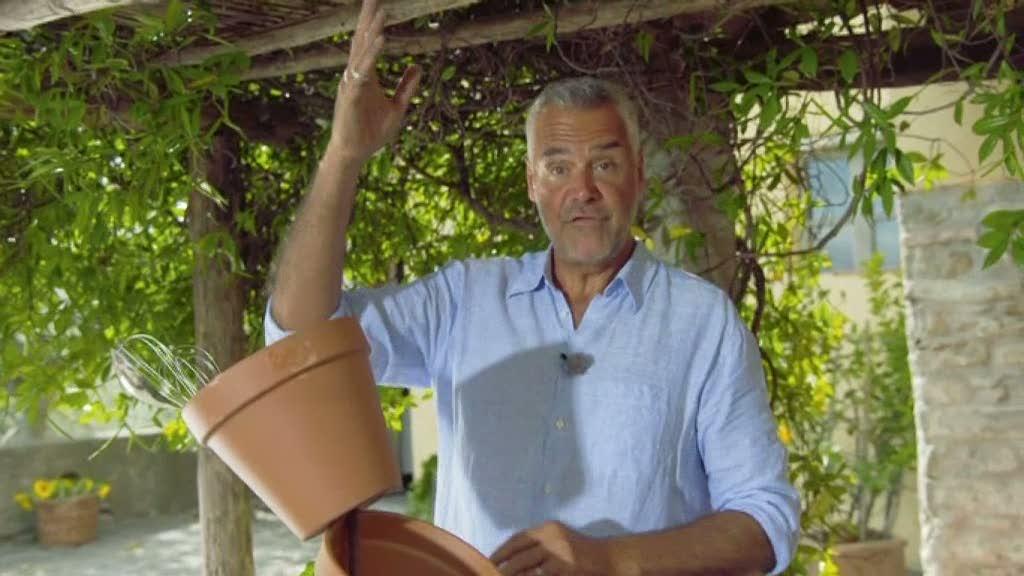 Ernst Kirchsteiger gör förvaring av lerkrukor