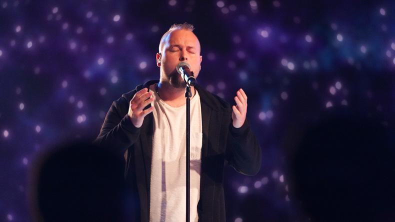 Mattias Nederman sjunger Stad i ljus av Tommy Körberg i Idols kvalvecka 2020
